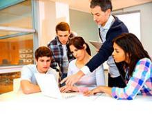 Grupo de estudiante observando informaciones de su profesor